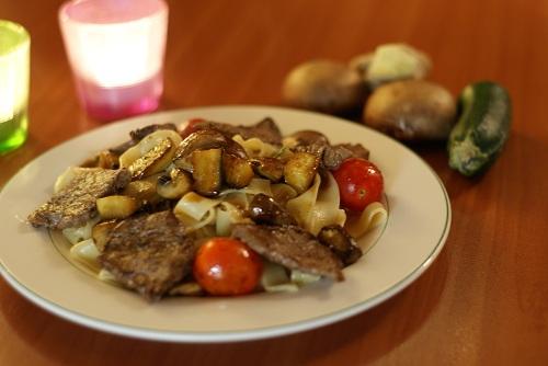 Rinderfiletstreifen mit Sherry-Ingwer-Pasta (Foto: J.Schiefer)